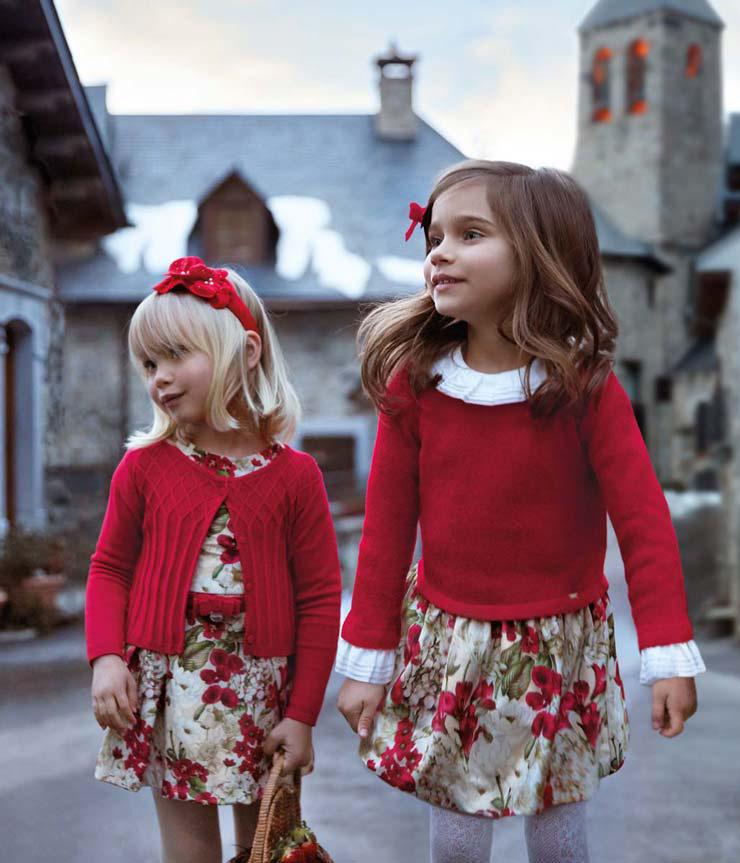 Dwie dziewczynki w czerwonym stroju