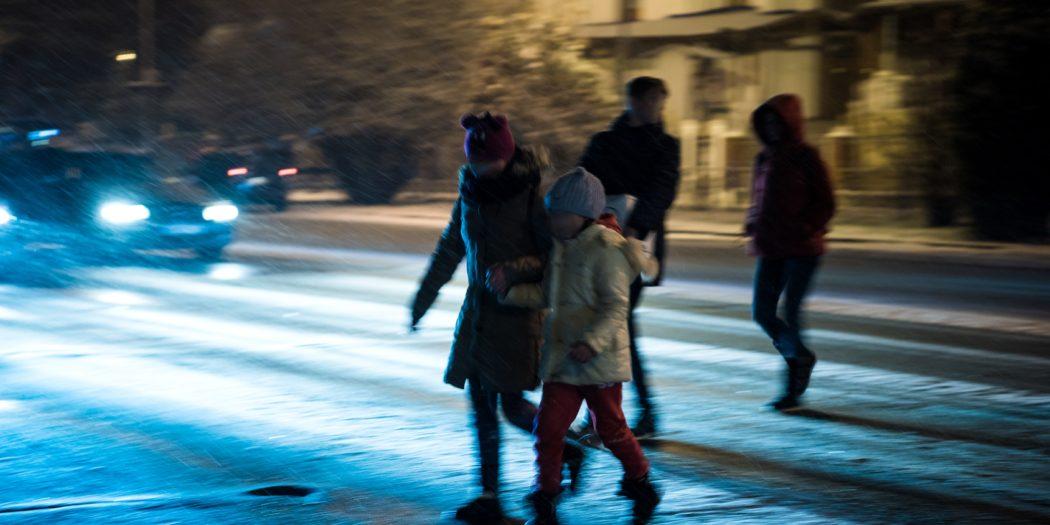 dzieci nocą na drodze