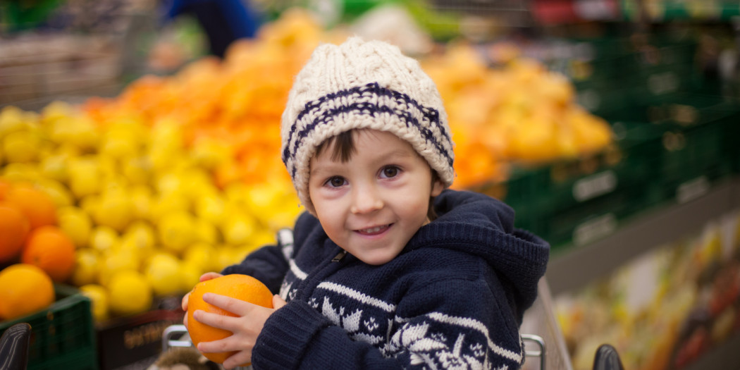 Chłopiec w sklepowym wózku