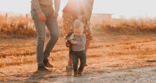 dziecko z rodzicami na łące