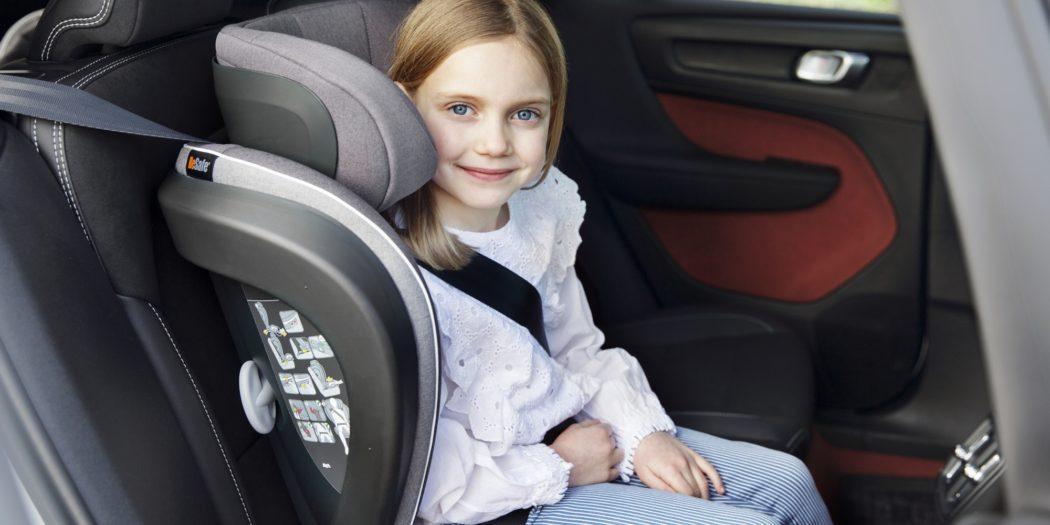 Dziewczynka w foteliku samochodowym