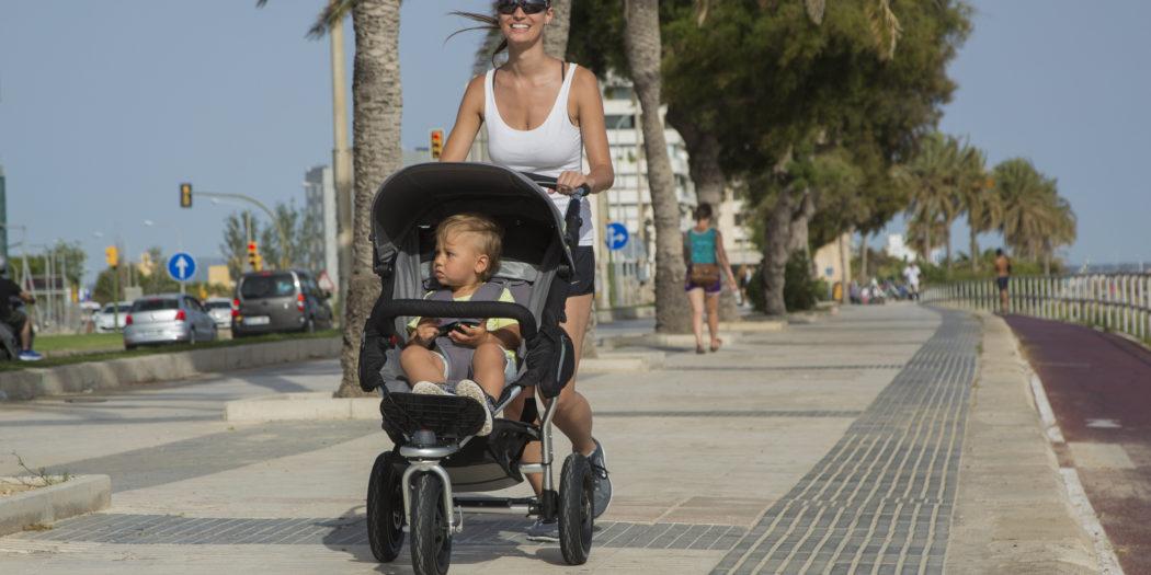 Kobieta biegająca z wózkiem