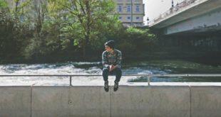 Nastolatek siedzi na murku