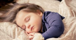 Śpiące dziecko w łóżeczku