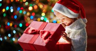 Dziewczynka otwiera prezent