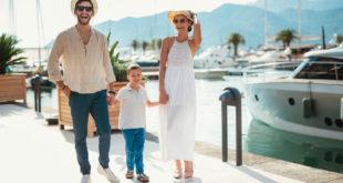 szczęśliwa rodzina z dzieckiem na wakacjach