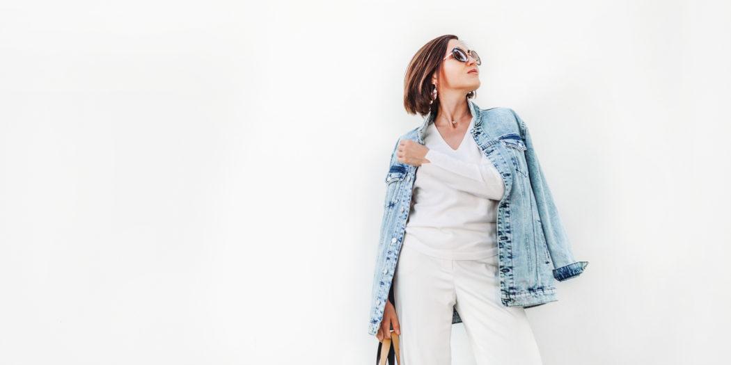dziewczyna w oversize'owej kurtce jeansowej