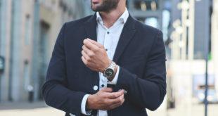 elegancki biznesmen z zegarkiem na ręku