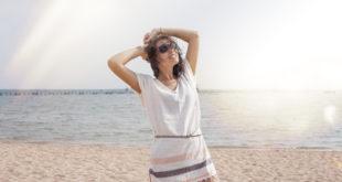 Kobieta w tunice plażowej