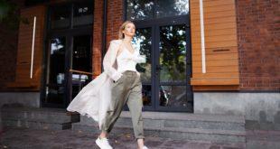 młoda fashionistka w sneakersach