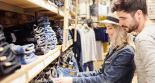 para wybierająca spodnie jeansowe w sklepie