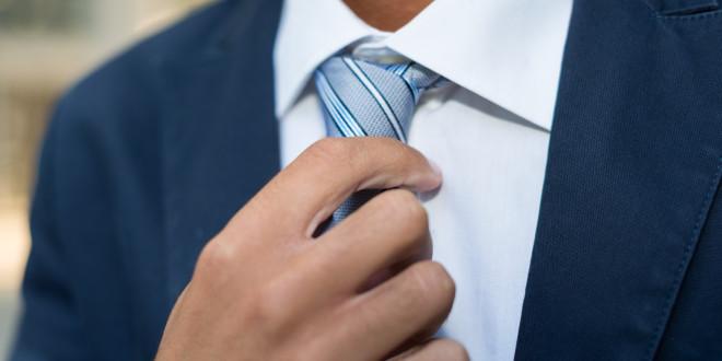 Elegancki mężczyzna nosi krawat