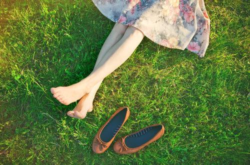 Buty - pani na trawie