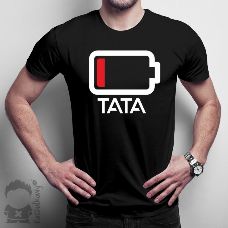 mężczyzna z koszulką z symbolem ładującej się baterii i napisem tata