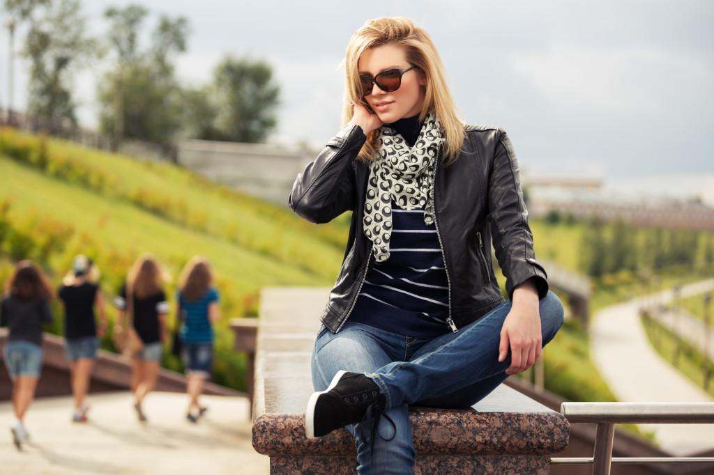 Jeansy i ramoneska to połączenie idealne | fot.: Fotolia
