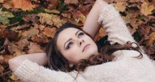 Kobieta na trawie - jesień