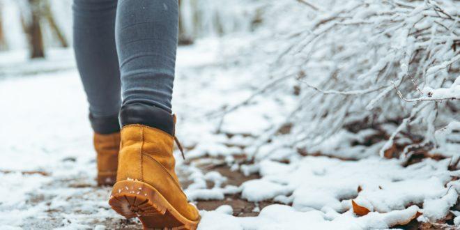 Kobieta w ciepłych butach zimowych
