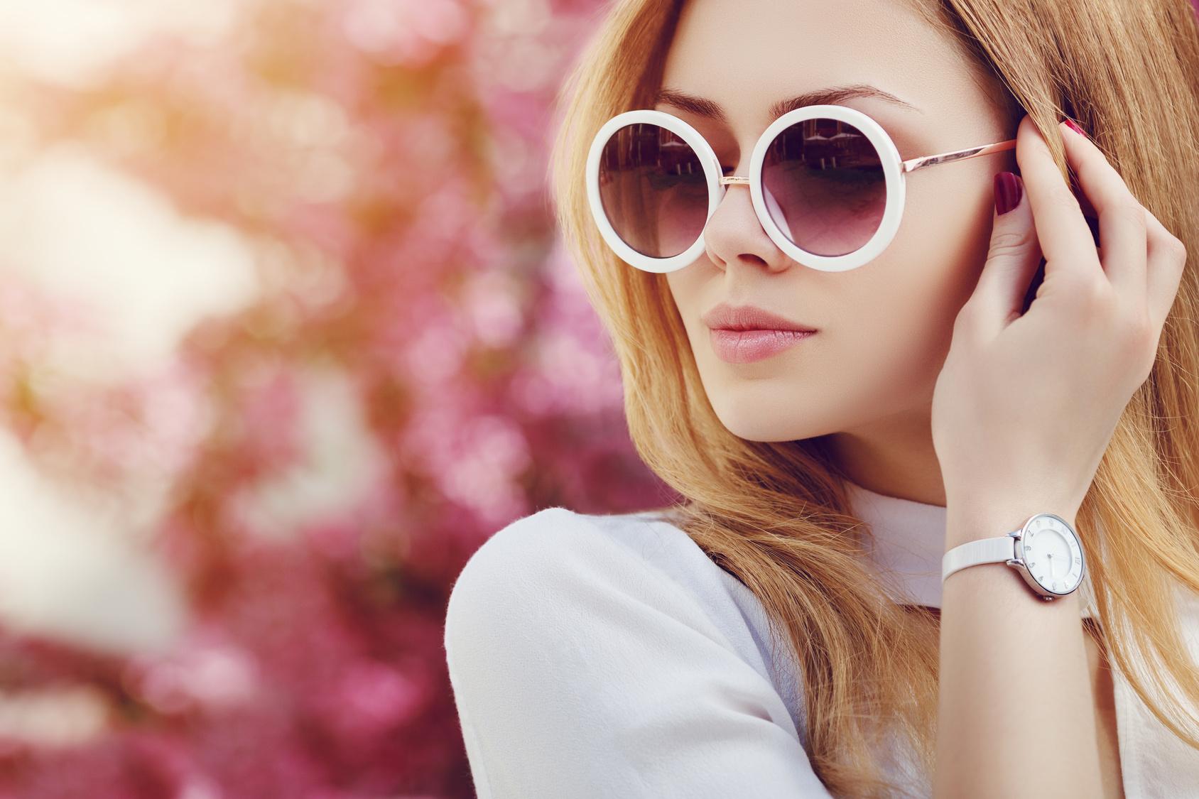 Kobieta w okrągłych okularach