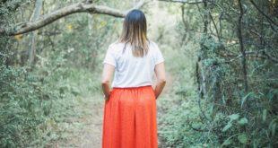 kobieta w spódnicy maxi
