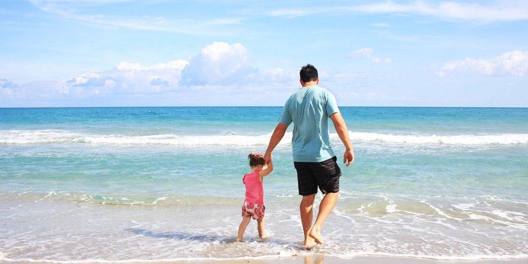 dziewczynka z tatą na plaży