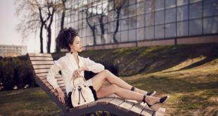 Modna kobieta na leżaku