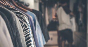 Pełny wieszak ubrań