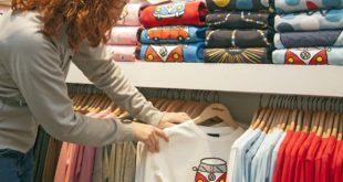 sklep z kolorowymi t-shirtami