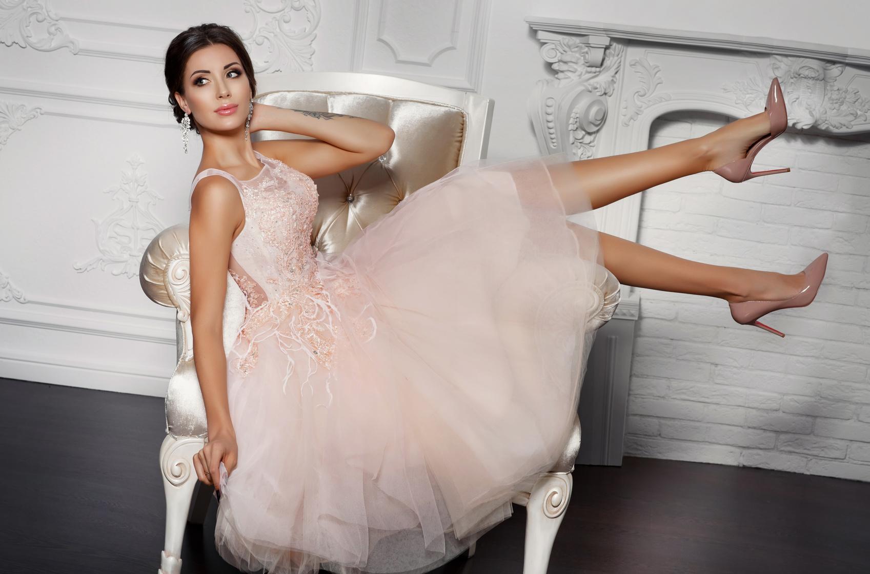 Różowa krótka suknia ślubna