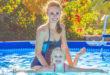 KObieta i dziecko w basenie ogrodowym