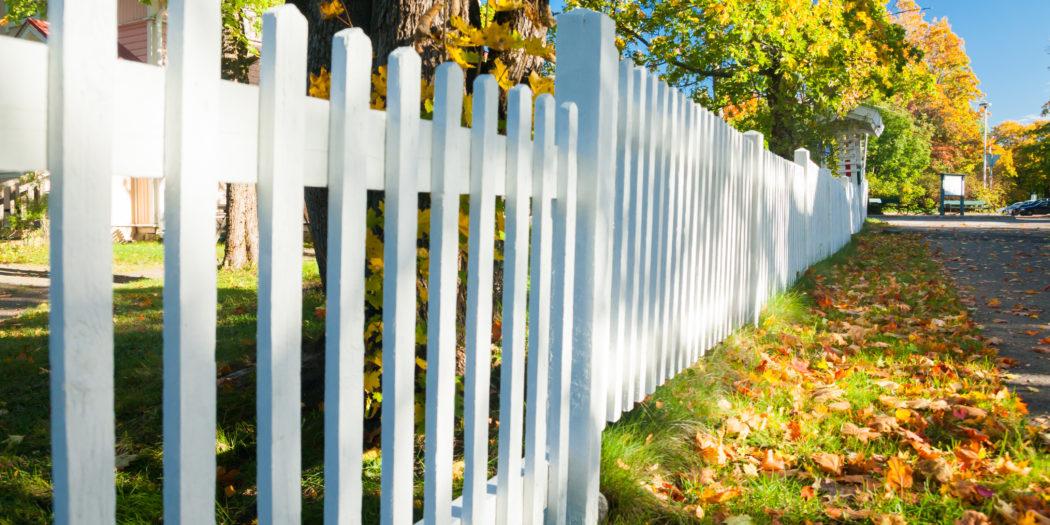 drewniane ogrodzenie pomalowane na biało