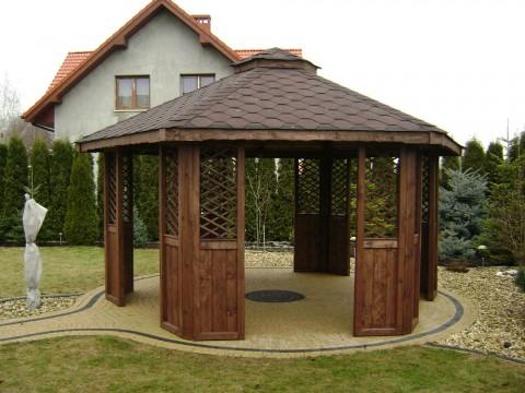 Sześciokątna, drewniana altanka z dachem pokrytym gontem