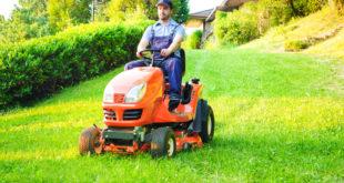 Mężczyzna prowadzi kosiarkę traktorek