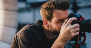 fotograf robiący zdjęcie lustrzanką dslr