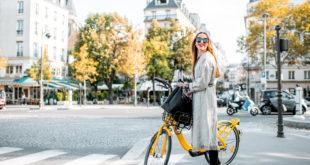 kobieta na damskim rowerze miejskim
