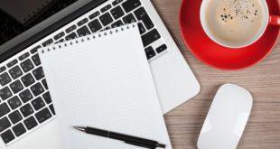 Notatnik i komputer na biurku