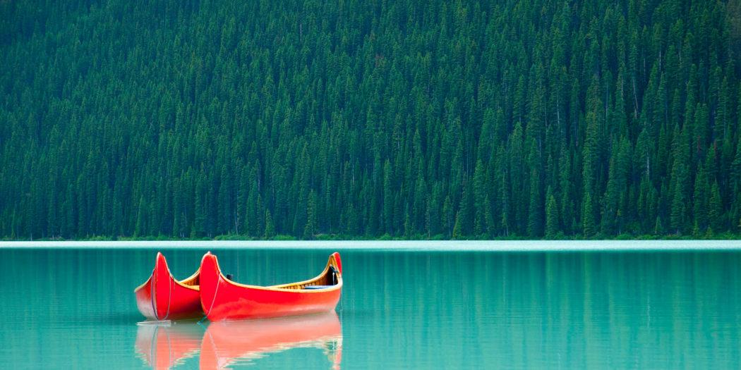 canoe pływające po jeziorze Louise w Kanadzie