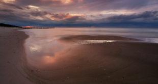 Zachód słońca na wybrzeżu Morza Bałtyckiego,plaża w Dźwirzynie,Polska.