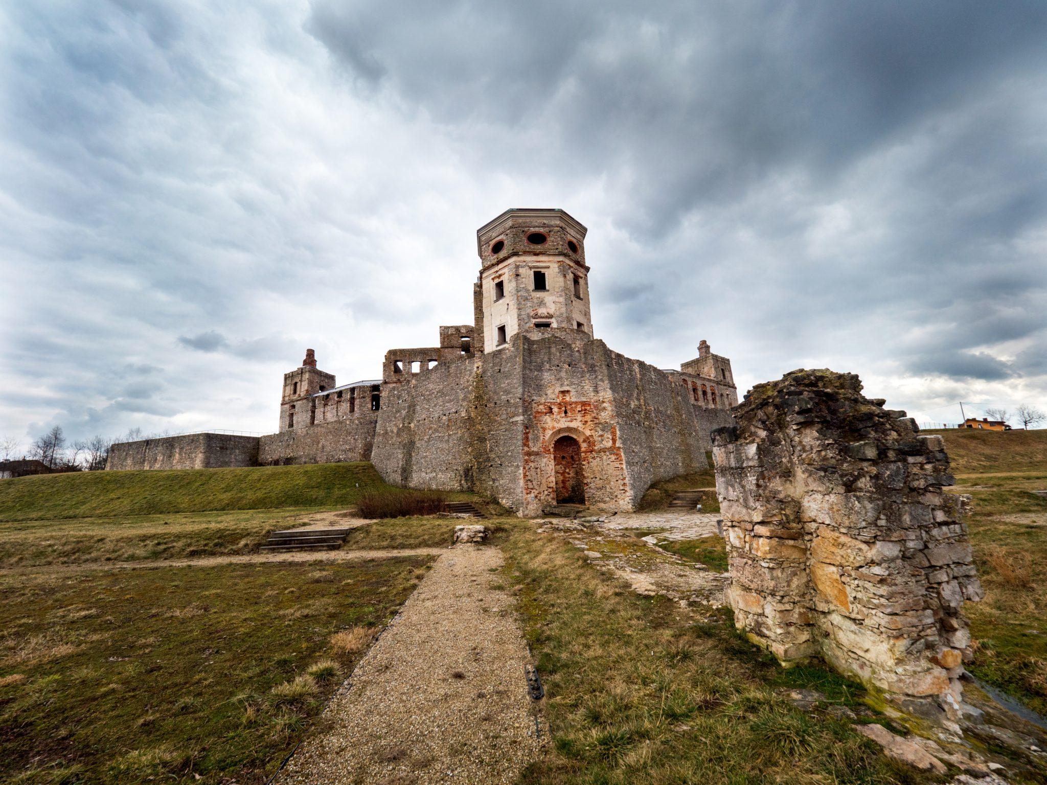 Malownicze ruiny zamku Krzyżtopór jednego z wiekszych zamków w Europie