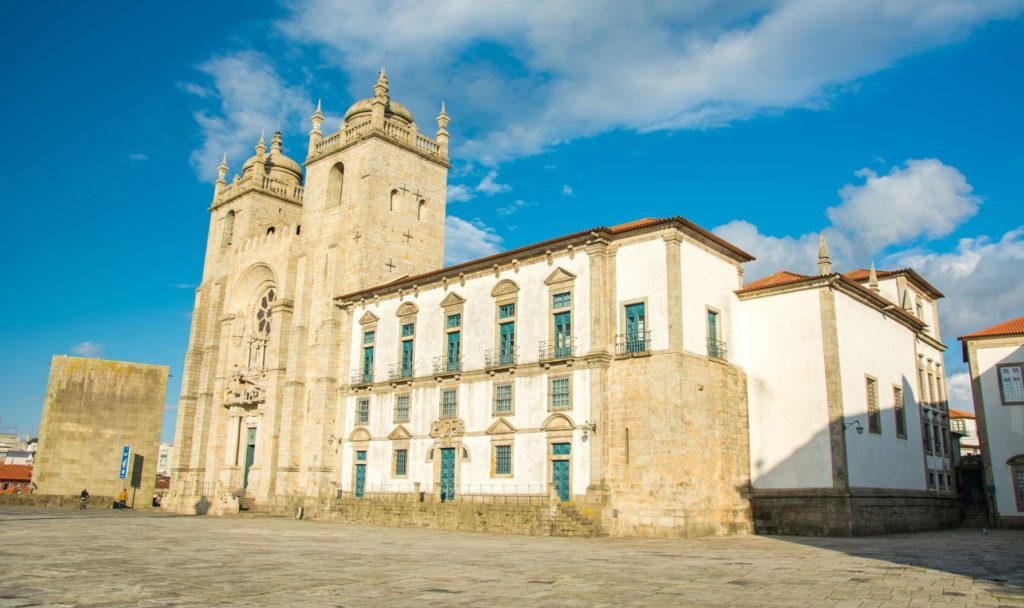 Romańska katedra Sé w Porto