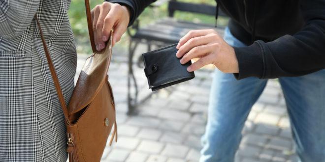 Kieszonkowiec kradnie portfel