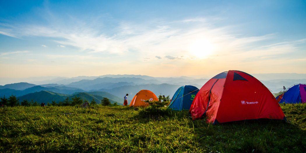 namioty rozbite na tle górskiego krajobrazu