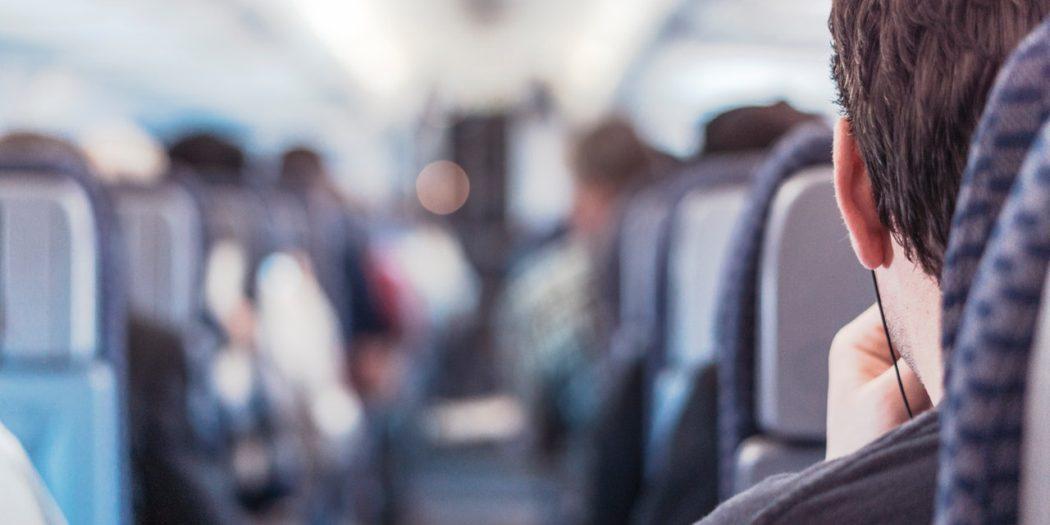 pasażerowie samolotu na swoich miejscach