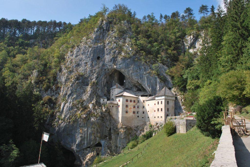 Malowniczy Predjamski Zamek | fot.: materiał partnera zewnętrznego