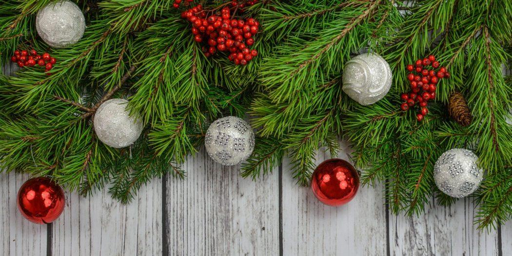 Dekoracja świąteczna na szarych deskach