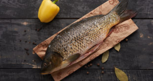 Carp fish and spicaKarpna światecznym stolees on the table