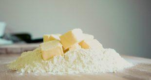 mąka i masło na stolnicy