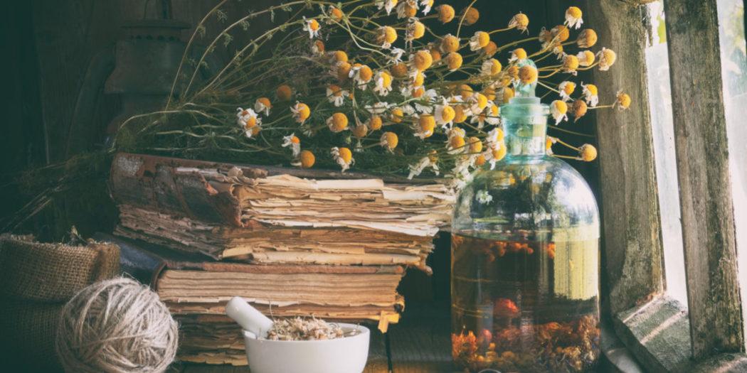 Nalewka ziołowa w szklanej butelce