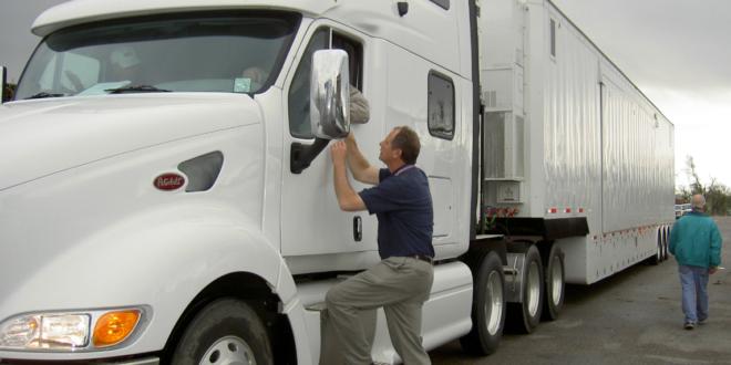 Kierowca zawodowy przy ciężarówce