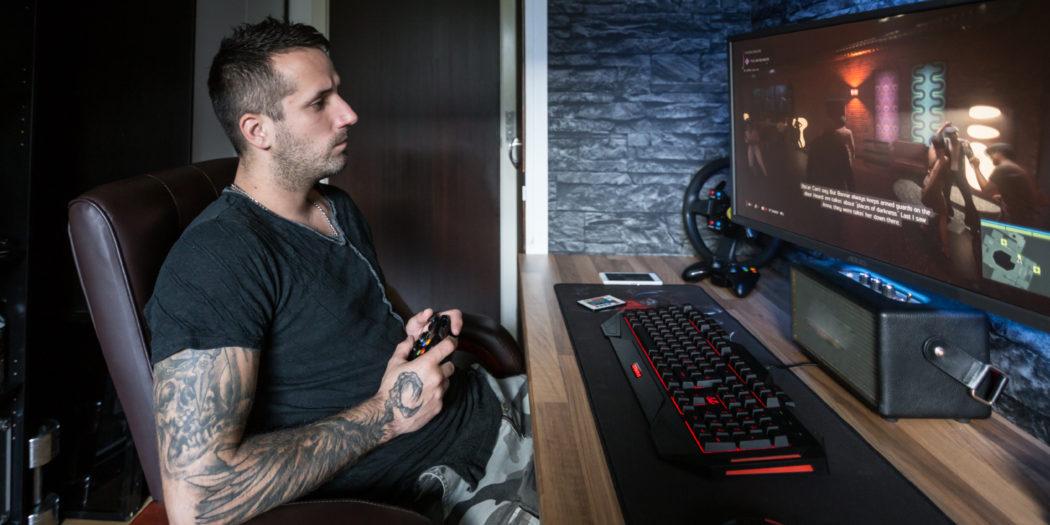 mężczyzna w pokoju gamingowym