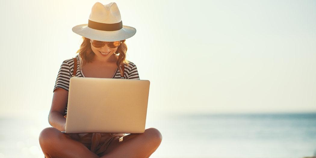 kobieta na plaży z laptopem